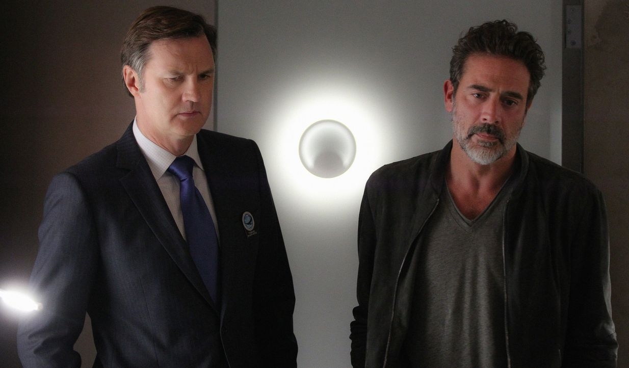 General Shepherd (David Morrissey, l.) ist dazu angehalten, so viele Informationen aus Molly herauszubekommen wie möglich, während JD (Jeffrey Dean... - Bildquelle: Sonja Flemming 2015 CBS Broadcasting Inc. All Rights Reserved.