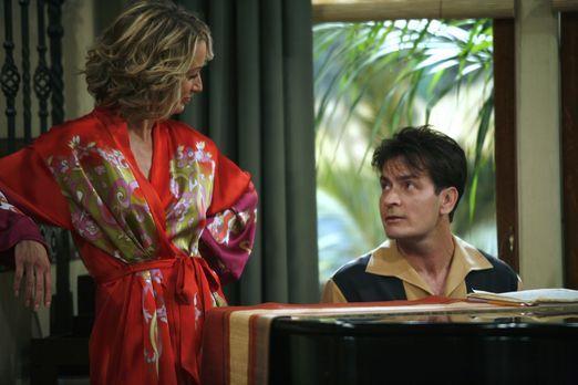 Two and a Half Men - Charlie (Charlie Sheen, r.) ist Lydia (Katherine Lanasa,...
