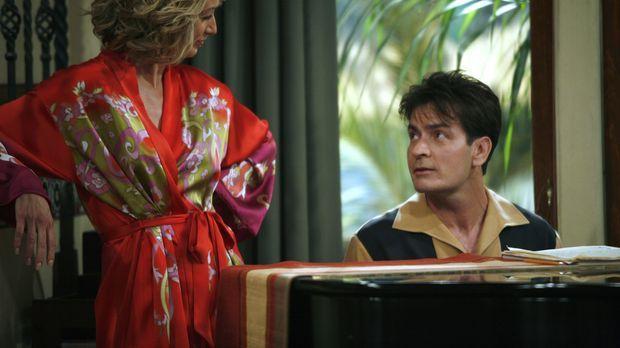 Charlie (Charlie Sheen, r.) ist Lydia (Katherine Lanasa, l.) völlig verfallen...