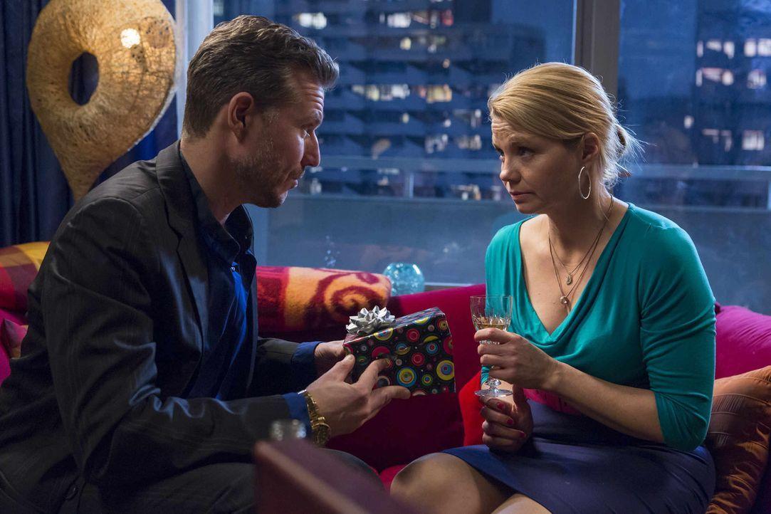 Pit (Dirk Borchardt, l.) gibt nicht auf, um Danni (Annette Frier, r.) zu kämpfen. Doch werden seine Bemühungen Früchte tragen? - Bildquelle: Frank Dicks SAT.1