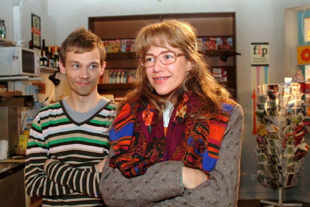 Lisa (Alexandra Neldel, r.) schildert Jürgen (Oliver Bokern, l.) stolz ihre Entschlossenheit gegenüber David. (Dieses Foto von Alexandra Neldel darf... - Bildquelle: Monika Schürle Sat.1