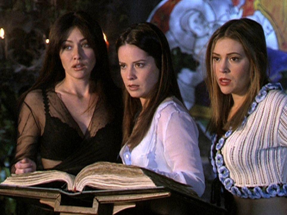 (v.l.n.r.) Prue (Doherty Shannen), Piper (Marie Holly Combs) und Phoebe (Alyssa Milano) suchen dringend den richtigen Zauberspruch gegen einen Dämo... - Bildquelle: Paramount Pictures