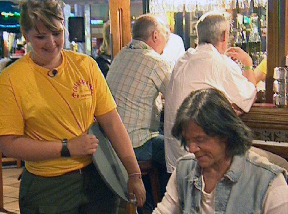 Eva (l.) bedient im Lokal Jürgen Drews (r.) - Bildquelle: Sat.1