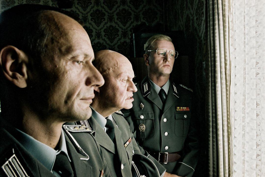 Die Offiziere : (v.l.n.r.) Hauptmann Stummel (Torsten Michaelis), Futterknecht (Ignaz Kirchner) und Oberst Kalt (Detlev Buck) ... - Bildquelle: Delphi