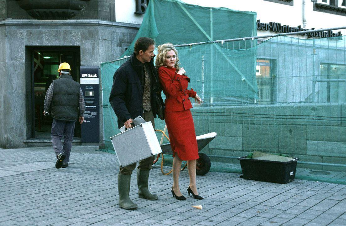 Gedresst in sexy Klamotten und mit den Bauarbeitern flirtend, stolpert Marie (Katharina Schubert, r.) ihrem ahnungslosen Mann Paul (Jochen Horst, l.... - Bildquelle: Sat.1