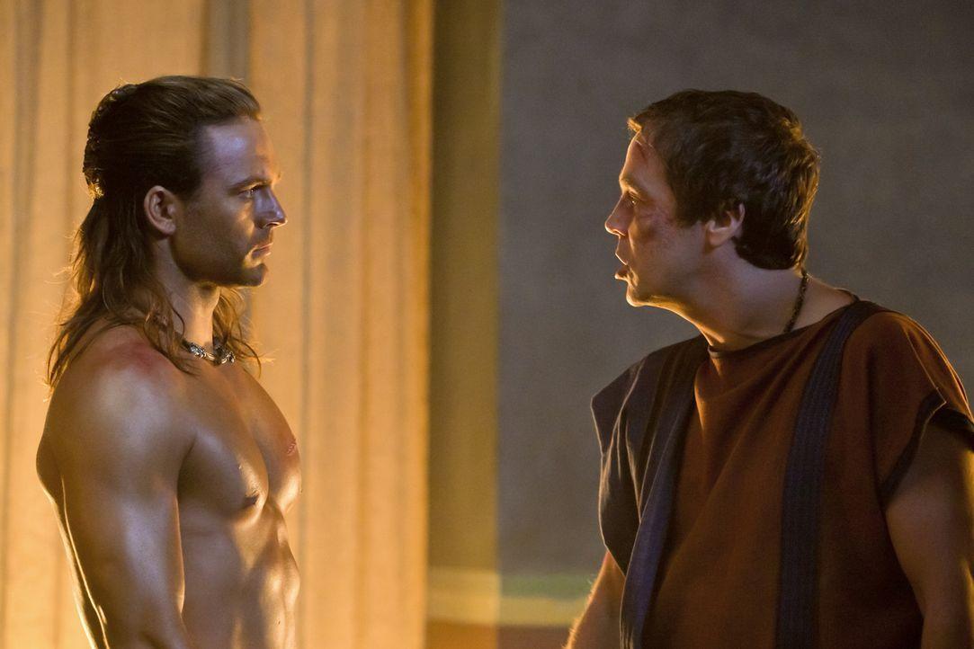 Quintus Batiatus (John Hannah, r.) ersinnt einen verschlagenen Plan, um seine Stellung in Capua zu festigen, während Gannicus (Dustin Clare, l.) n - Bildquelle: 2010 Starz Entertainment, LLC