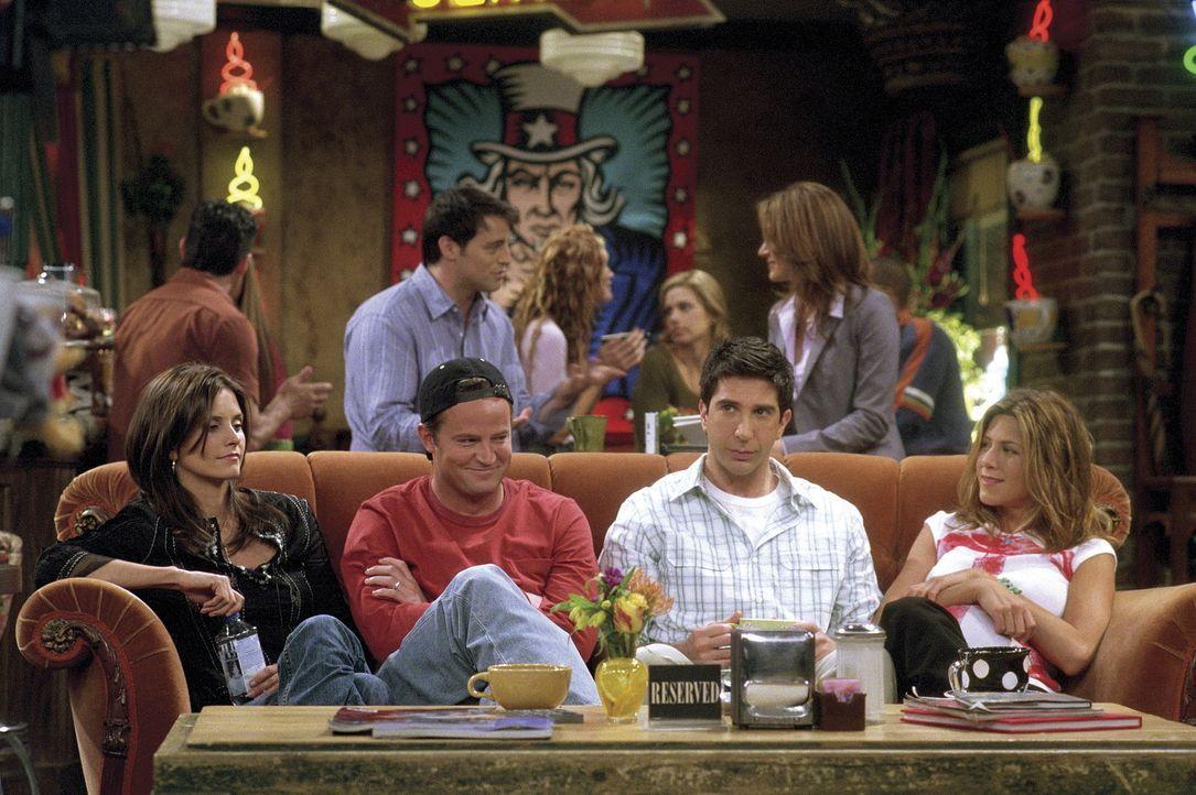 Joey (Matt LeBlanc, 2.v.l.) ist skeptisch, als er ein Interview geben soll. Monica (Courteney Cox Arquette, l.), Rachel (Jennifer Aniston, r.) und R... - Bildquelle: TM+  WARNER BROS.
