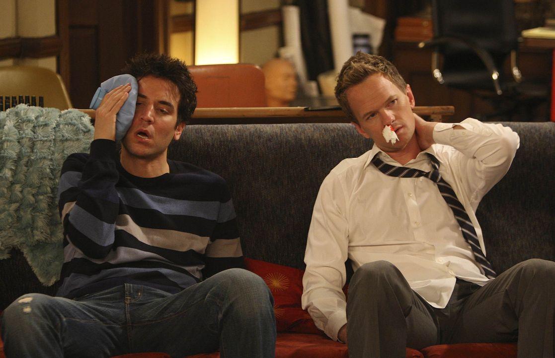 Als Barney (Neil Patrick Harris, r.) und Ted (Josh Radnor, l.) merken, dass die Geschichte mit Robin und Don etwas Ernstes ist, verspüren beide den... - Bildquelle: 20th Century Fox International Television