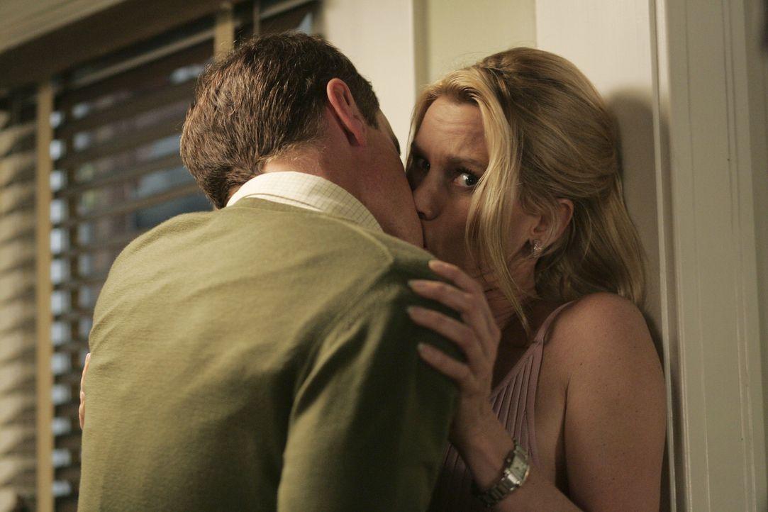 Um aus einer ausweglosen Situation so glimpflich wie möglich herauszukommen, lässt Edie (Nicollette Sheridan, r.) ihren Reizen freien Lauf und küsst... - Bildquelle: Touchstone Television