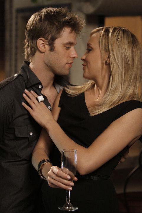 Diese Nacht kann David (Shaun Sipos, l.) Ella (Katie Cassidy, r.) nicht trösten, aber jemand anderes wird es tun... - Bildquelle: 2009 The CW Network, LLC. All rights reserved.