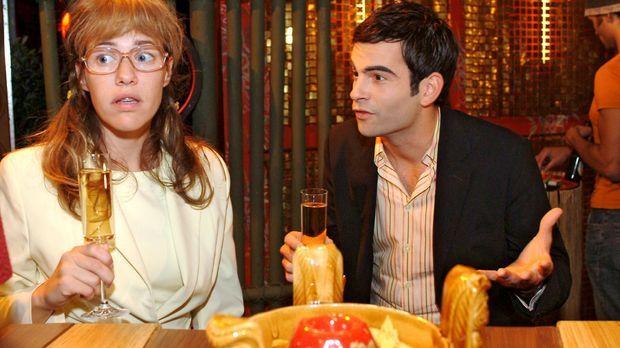 Lisa (Alexandra Neldel, l.) fühlt sich überrumpelt, als David (Mathis Künzler...