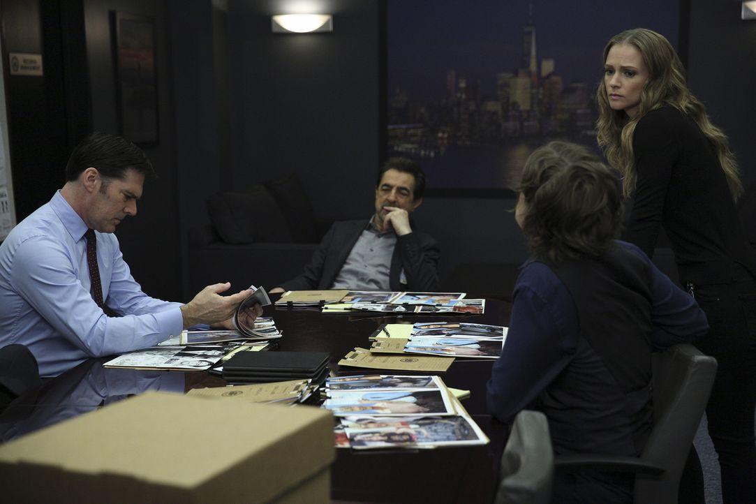 Bei den Ermittlungen müssen Hotch (Thomas Gibson, l.), Rossi (Joe Mantegna, 2.v.l.), Reid (Matthew Gray Gubler, 2.v.r.) und JJ (AJ Cook, r.) mit Mor... - Bildquelle: Cliff Lipson ABC Studios