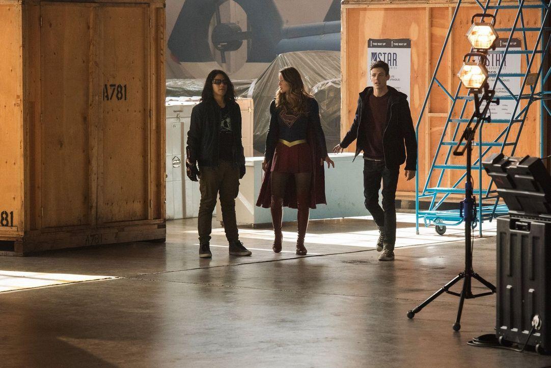 Während Cisco alias Vibe (Carlos Valdes, l.) immer noch wütend auf Barry (Grant Gustin, r.) ist, gerät Kara alias Supergirl (Melissa Benoist, M.) in... - Bildquelle: 2016 Warner Bros.