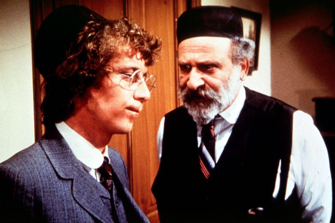 Benjamin Cohen (E. M. Margolese, r.) ist nicht einverstanden, dass sein Sohn Isaak (Steve Tracy, l.) seinen Namen geändert hat. - Bildquelle: Worldvision