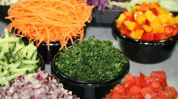 kleingeschnittenes Gemüse in feinen Streifen und Würfeln