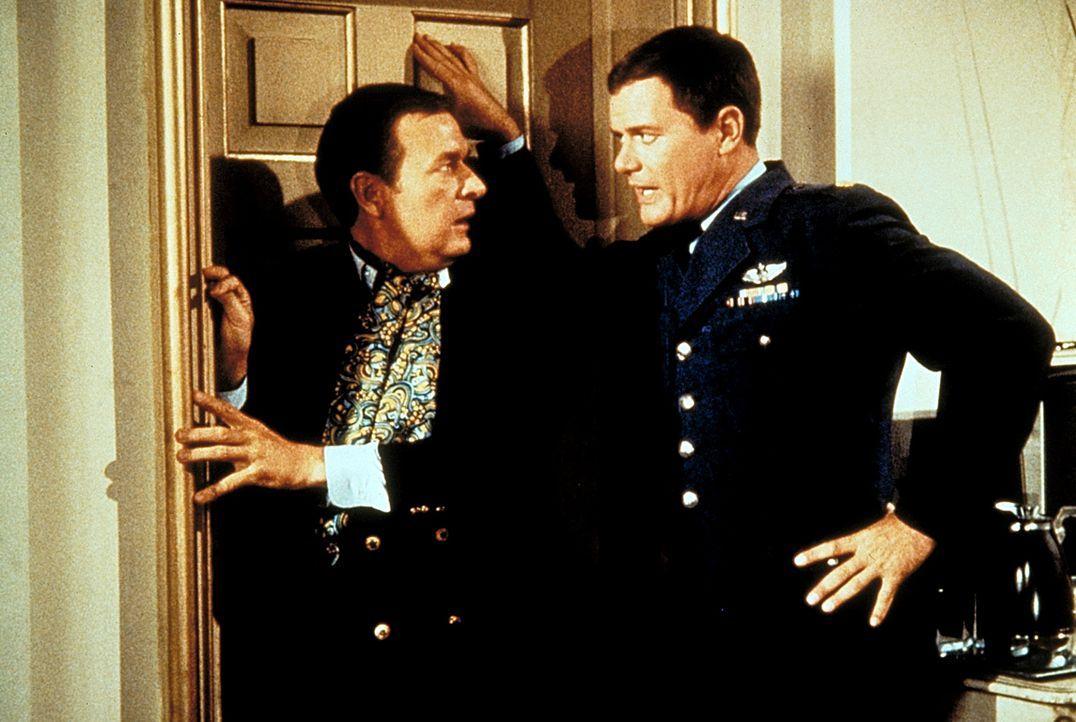 """Roger (Bill Daily, l.), der Jeannie den Künstlernamen """"Prinzessin Armina""""  verpasst hat, legt sich mit Tony (Larry Hagman, r.) an. - Bildquelle: Columbia Pictures"""