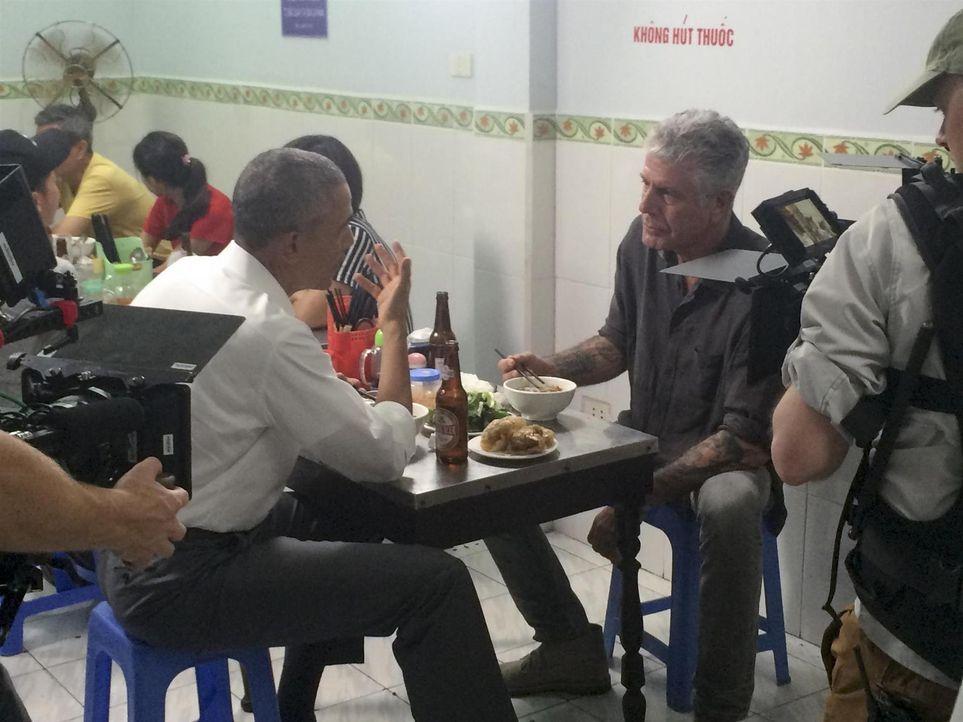 Lockerer Plausch statt Staatsdinner: Präsident Barack Obama (l.) verrät Antony (r.) beim gemeinsamen Essen in Hanoi, was er als Kind gerne gegessen... - Bildquelle: 2016 Cable News Network, Inc. A TimeWarner Company All rights reserved