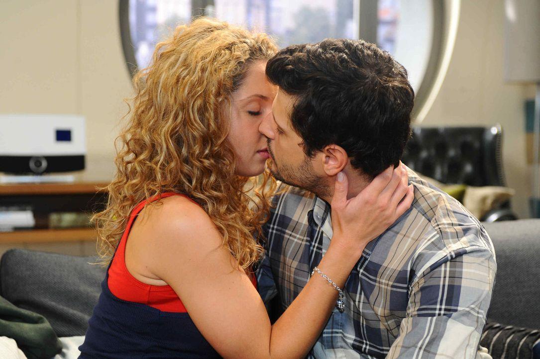 Kommen sich näher: Nina (Maria Wedig, l.) und Luca (Manuel Cortez, r.) ... - Bildquelle: SAT.1