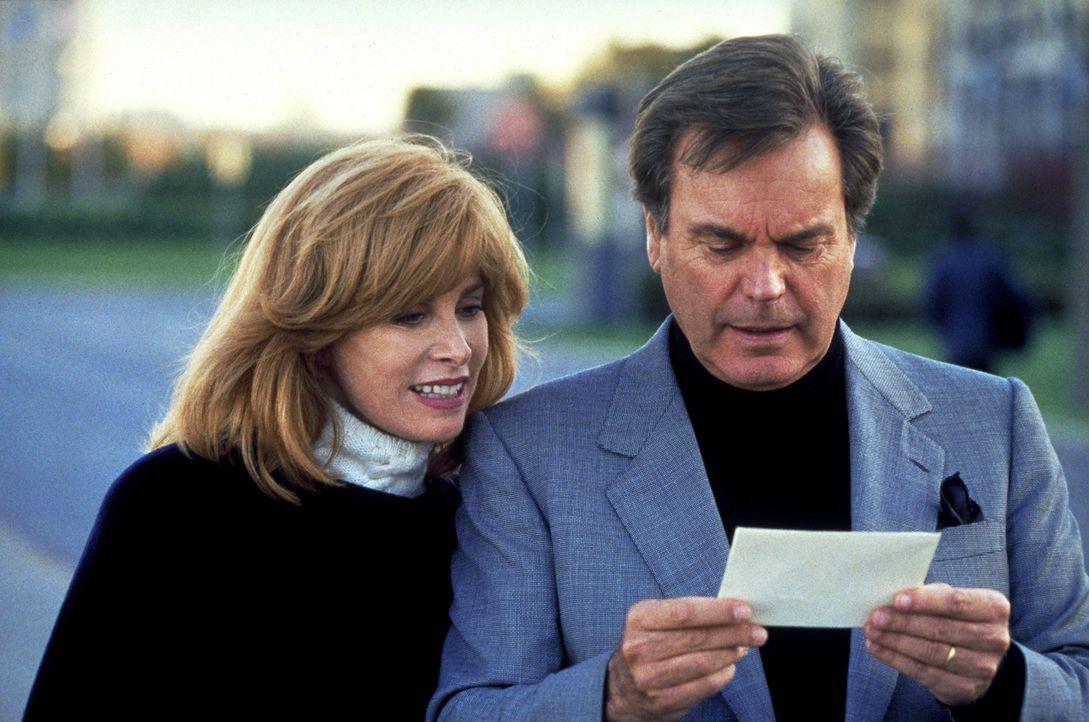 Gespannt öffnen Jennifer (Stefanie Powers, l.) und Jonathan (Robert Wagner, r.) den Abschiedsbrief von ihrem treuen Butler Max ... - Bildquelle: Columbia Pictures
