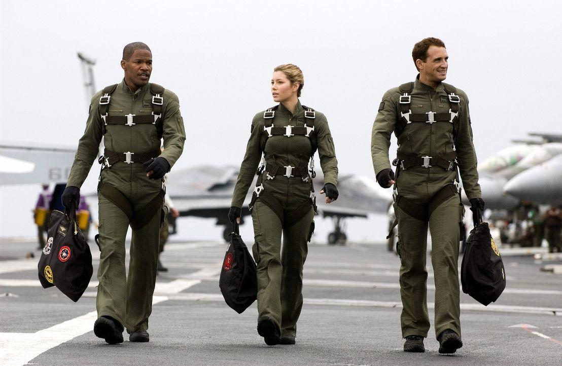 Die Stealth-Piloten (v.l.n.r.) Henry Purcell (Jamie Foxx), Kara Wade (Jessica Biel) und Lt. Ben Gannon (Josh Lucas) sollen mit ihren im feindlichen... - Bildquelle: 2005 Columbia Pictures Industries, Inc. All Rights Reserved.