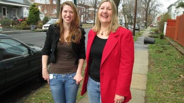 Laura (l.) und Darlene Schor (r.) wollen $79,000 mit ihrer ersten Renovierung...