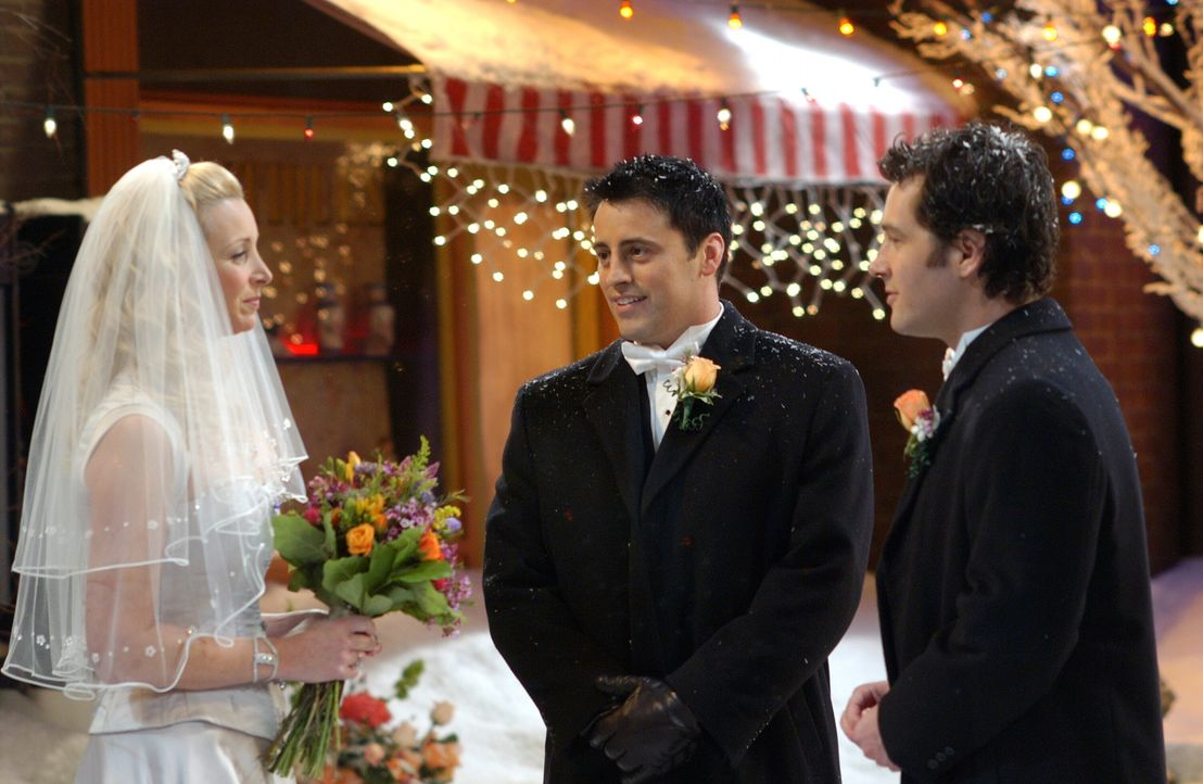 Als endlich alles perfekt fertig ist, fällt die Hochzeit von Phoebe (Lisa Kudrow, l.) und Mike (Paul Rudd, r.) beinahe wegen eines Schneesturms aus.... - Bildquelle: 2003 Warner Brothers International Television