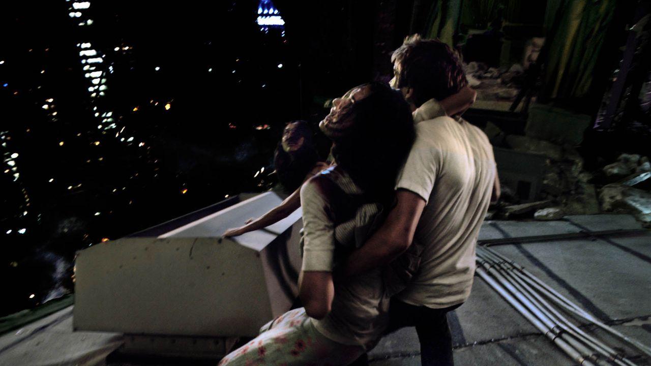 Noch feiern Marlena (Lizzy Caplan, l.) und die anderen Gäste ausgelassen auf Robs (Michael Stahl-David, r.) Abschiedsparty. Doch nicht mehr lange ... - Bildquelle: Paramount Pictures