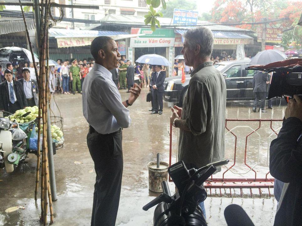 Dinner in the rain: In Hanoi trifft sich trifft  Antony Bourdain (r.) mit (Ex)-US-Präsident Barack Obama (l.) zum gemeinsamen Essen und Gespräch ... - Bildquelle: 2016 Cable News Network, Inc. A TimeWarner Company All rights reserved