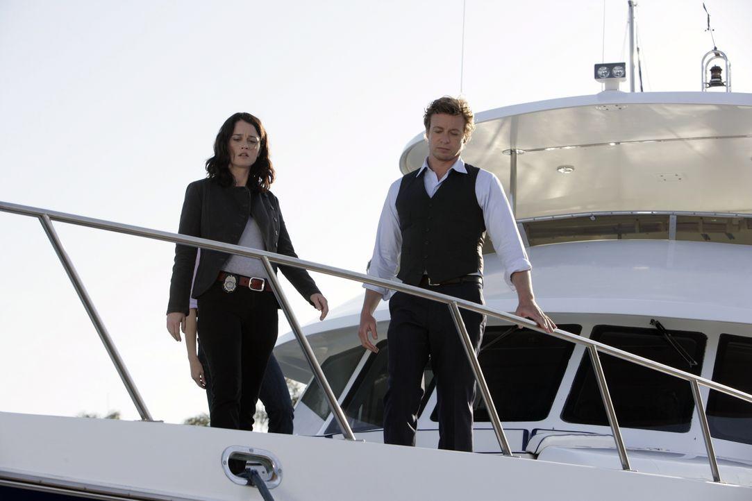 Das CBI-Team um Patrick Jane (Simon Baker, r.) und Teresa Lisbon (Robin Tunney, l.) soll den Mord an Jim Gulbrand, CEO und Gründer des Softwareunter... - Bildquelle: Warner Bros. Television