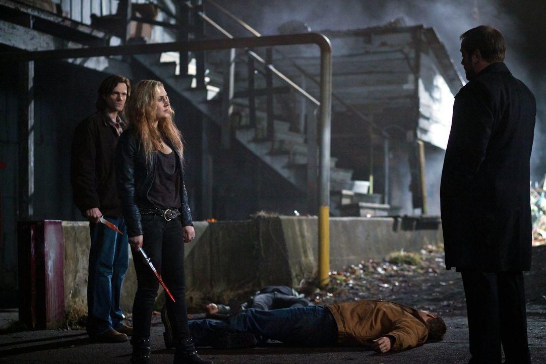 Können Sam (Jared Padalecki, M.) und Meg (Rachel Miner, l.) Crowley (Mark Sheppard, r.) davon abhalten, Luzifers Gruft zu finden? - Bildquelle: Warner Bros. Television