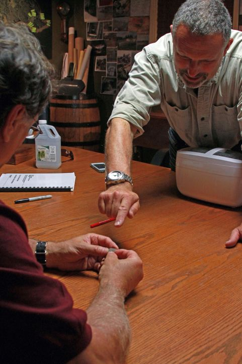 Nachdem die Brüder Rick und Marty Lagina eine spanische Münze, die sie auf 1652 datieren konnten, gefunden haben kehren sie nach Oak Island zurück,... - Bildquelle: 2014 A&E Television Networks, LLC. All Rights Reserved/ PROMETHEUS ENTERTAINMENT