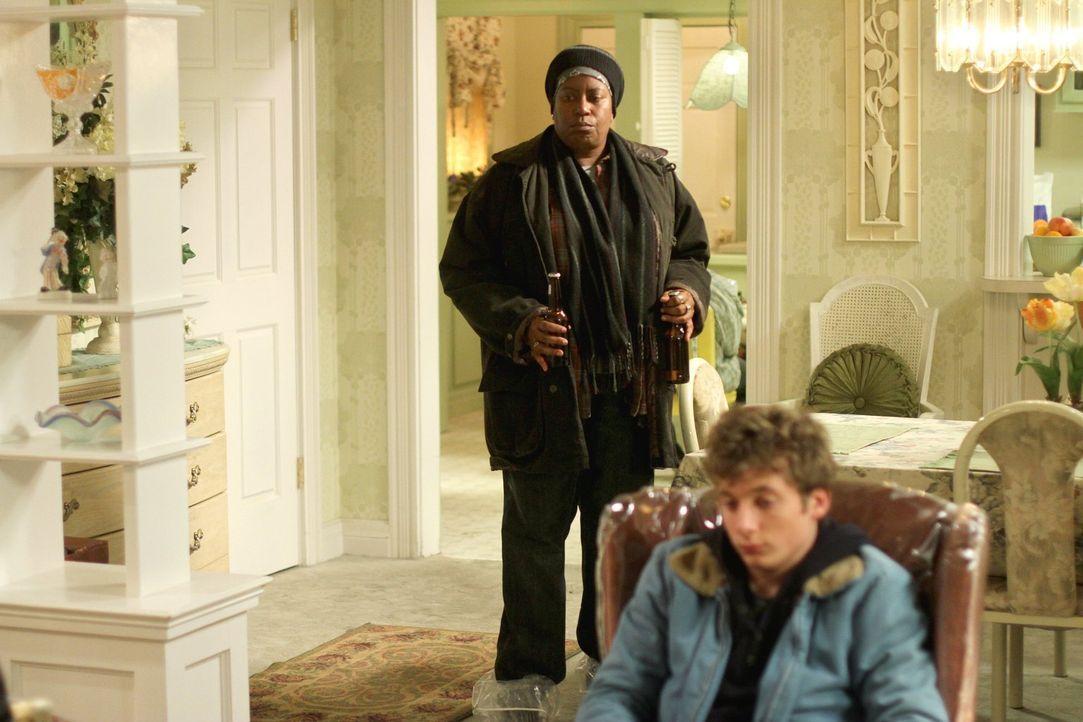 Mutter Monica sorgt mit ihrer Partnerin Roberta (Carlease Burke, l.) für Frust bei Lip (Jeremy Allen White, r.) und Co. ... - Bildquelle: 2010 Warner Brothers