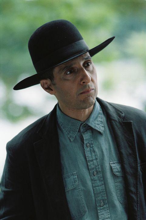 Eines Tages taucht dort vor Morts Tür ein mysteriöser Mann (John Turturro) auf, der sich als John Shooter vorstellt und ihn beschuldigt, eine sein... - Bildquelle: Sony Pictures Television International. All Rights Reserved.