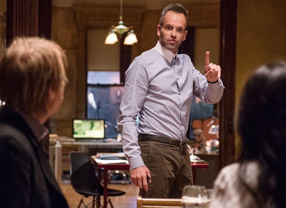 Sherlock Holmes (Jonny Lee Miller, M.) bekommt Besuch von seinem Bruder Mycroft (Rhys Ifans, l.), der ihn und Watson (Lucy Liu, r.) bittet, einen Fa... - Bildquelle: CBS Television