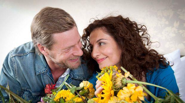 Mick (Henning Baum, l.) ist überglücklich, dass Tanja (Proschat Madani, r.) d...