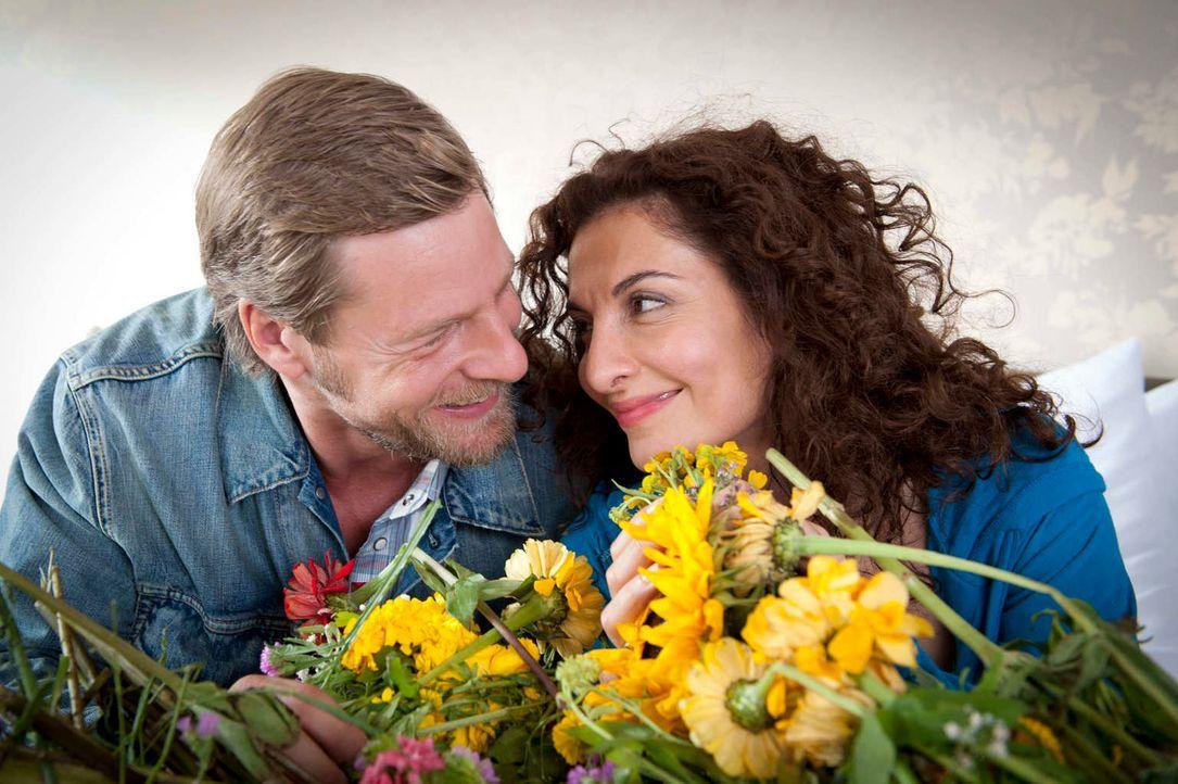 Mick (Henning Baum, l.) ist überglücklich, dass Tanja (Proschat Madani, r.) die Schussverletzung so gut überstanden hat. Allerdings übertreibt er es... - Bildquelle: Martin Rottenkolber SAT.1