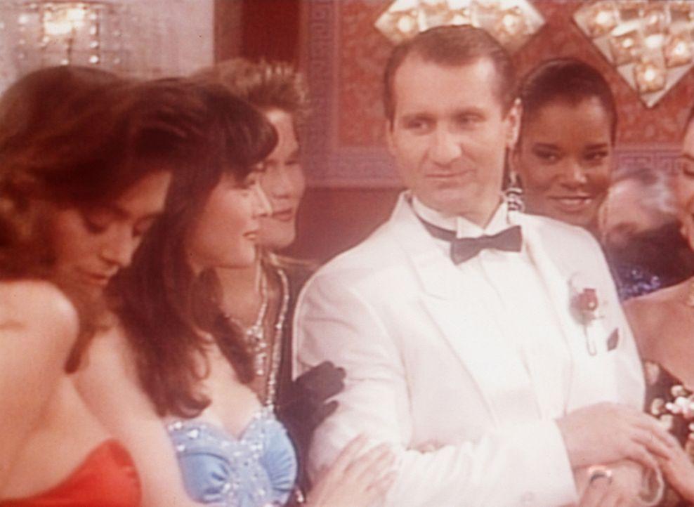 Al (Ed O'Neill, 4.v.l.) träumt davon, ein eleganter, von Frauen umschwärmter Glücksspieler zu sein. - Bildquelle: Columbia Pictures