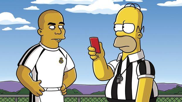 Lisa entdeckt den Fußball für sich, da allerdings Homer (r.) den Schiedsricht...
