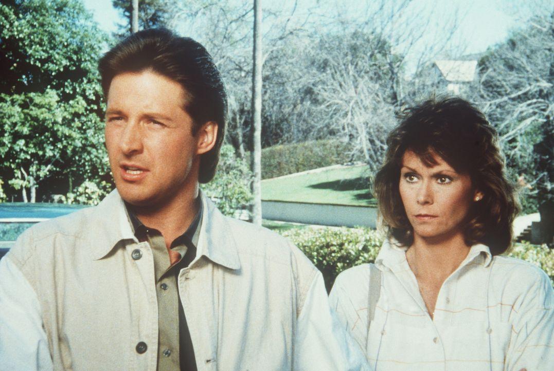 """Lee (Bruce Boxleitner, l.) und Amanda (Kate Jackson, r.) sind ratlos: Die Hilfsorganisation """"Food for Flight"""" schmuggelt Atomwaffen, die nicht mehr..."""