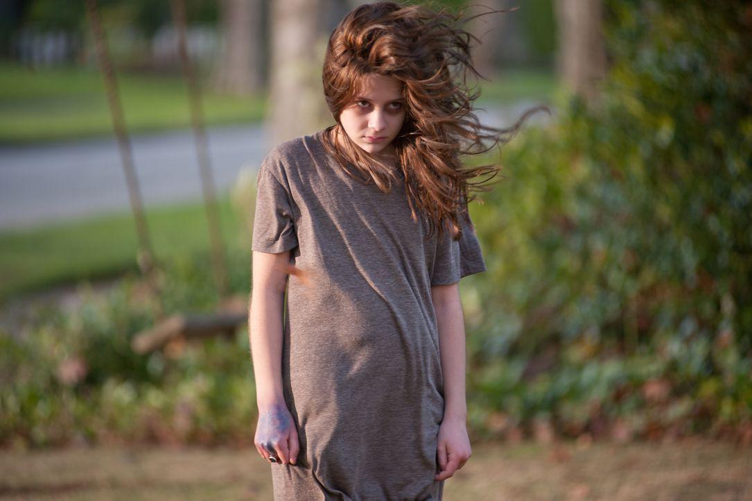 Noch ahnt niemand, dass ein überaus feindseliger Totengeist von dem Körper der kleinen Em (Natasha Calis) Besitz ergriffen hat ... - Bildquelle: Diyah Pera Box Productions, LLC 2011