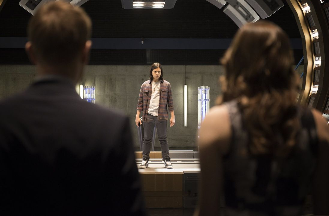 Um Dr. Wells in eine Falle zu locken, begibt sich Cisco (Carlos Valdes, M.) in Lebensgefahr ... - Bildquelle: Warner Brothers.