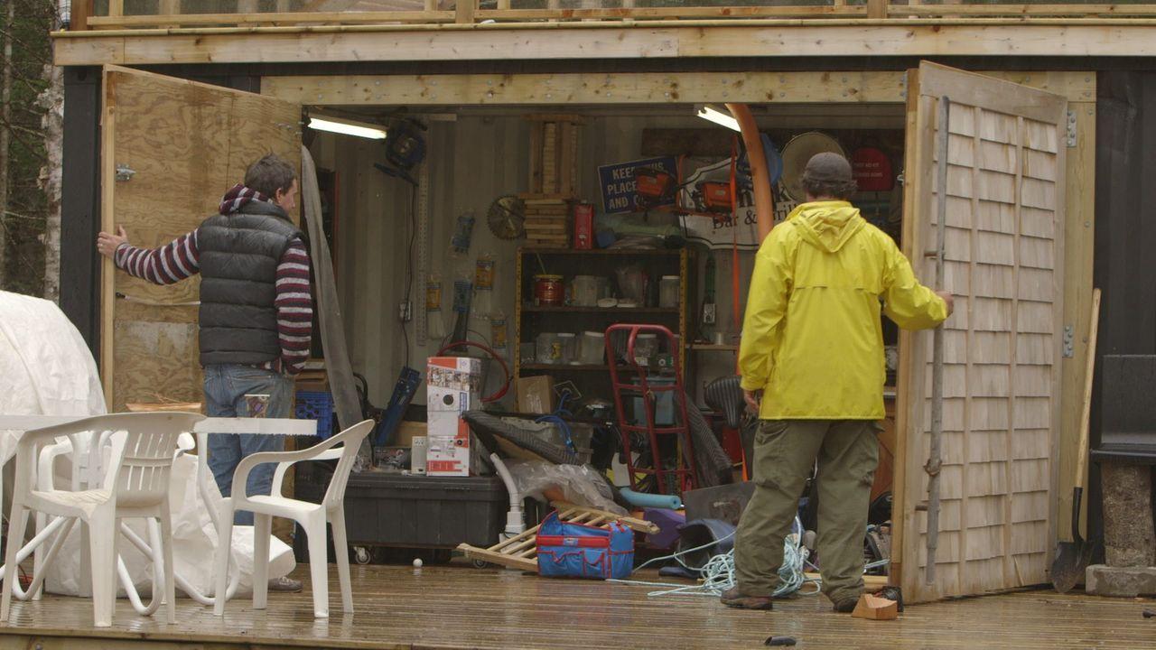 Um vor ihren Frauen flüchten zu können, wollen Andrew (l.) und Kevin (r.) ihre Werkstatt in eine echte Männerhöhle verwandeln. Hier wollen sie in Zu... - Bildquelle: Brojects Ontario Ltd./Brojects NS Ltd