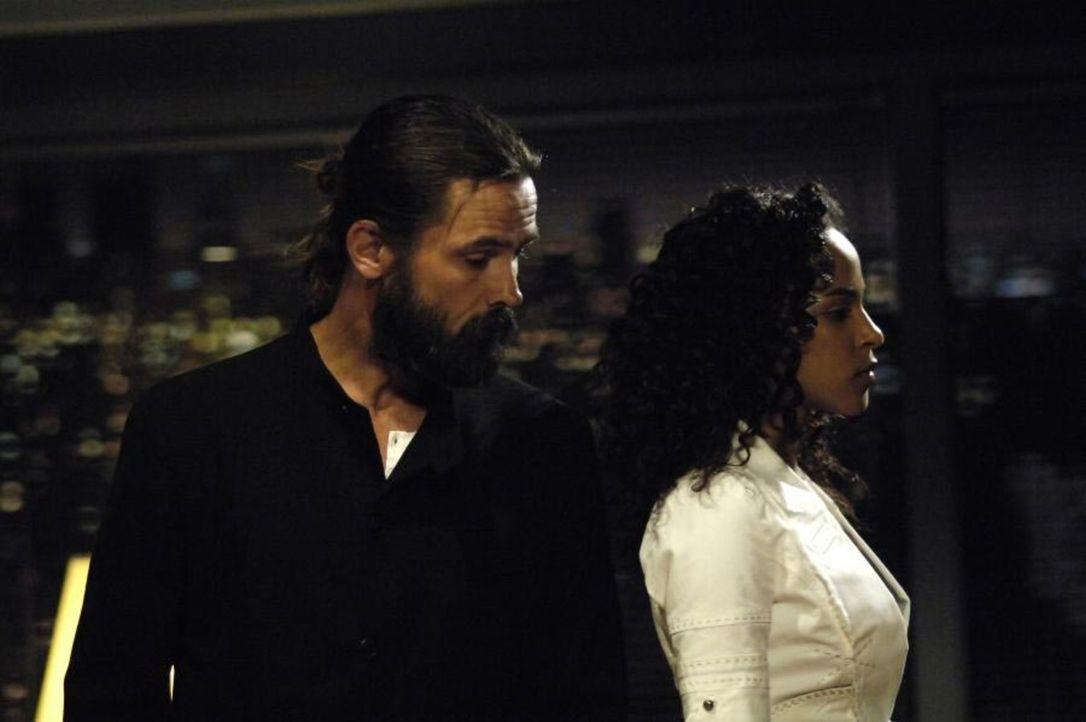 Isabelle (Megalyn Echikunwoke, r.) hat einen Traum, indem sie auf Jordan (Bill Campbell, l.) trifft und dieser ihr sagt, dass sie ihn angelogen hat... - Bildquelle: Viacom Productions Inc.