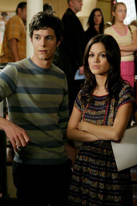 Versuchen alles, um Ryan auf die Harbor High School zurück zu bekommen: Summer (Rachel Bilson, r.) und Seth (Adam Brody, l.) ... - Bildquelle: Warner Bros. Television
