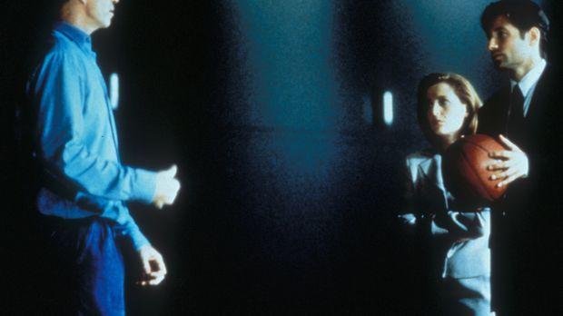 Scully (Gillian Anderson, M.) und Mulder (David Duchovny, r.) versuchen, von...