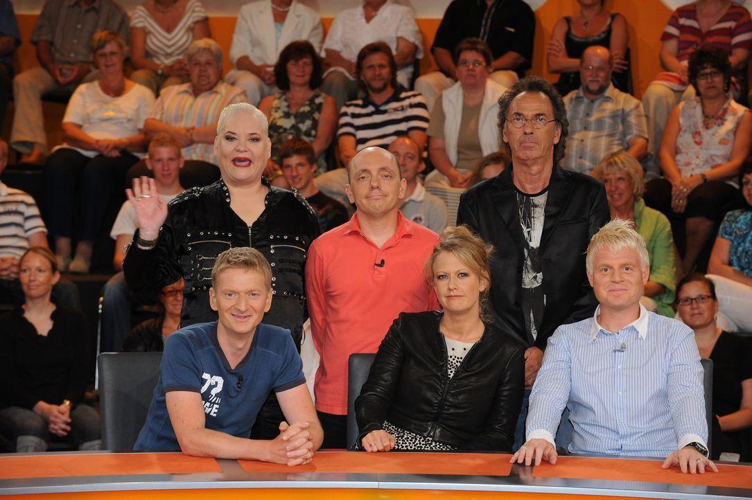 Hugo Egon Balder (oben r.) und seine Rate-Gäste: Hella von Sinnen (oben l.), Bernhard Hoëcker (oben M.) sowie Michael Kessler (unten l.), Barbara... - Bildquelle: Sat.1