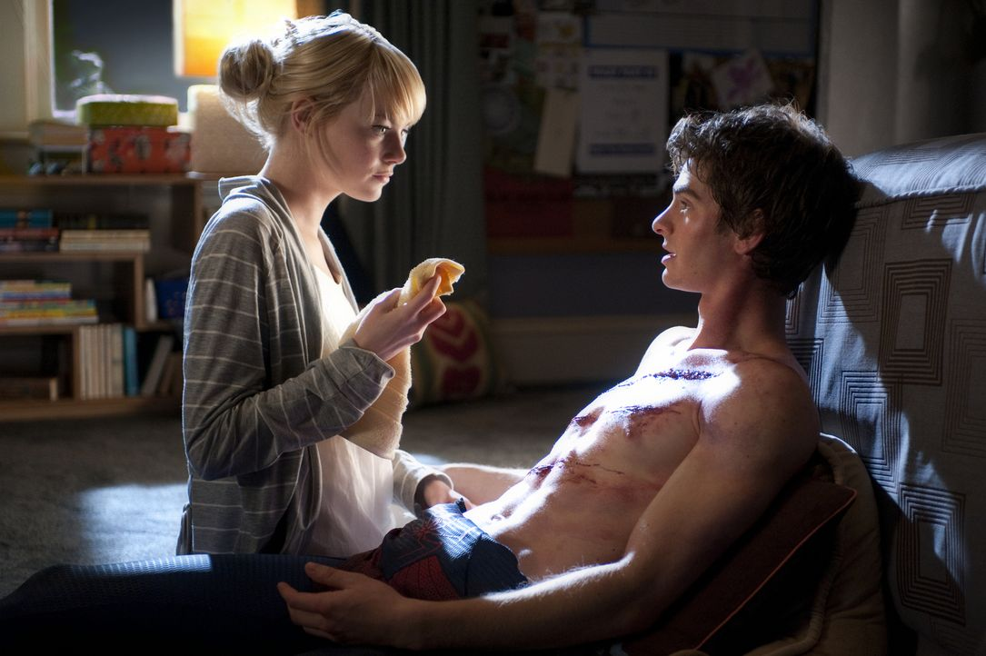 Hals über Kopf verliebt sich Peter Parker (Andrew Garfield, r.) in die liebenswerte Gwen (Emma Stone, l.). nicht ahnend, dass ihr Vater Captain Geor... - Bildquelle: Jaimie Trueblood 2012 Columbia Pictures Industries, Inc.  All Rights Reserved.