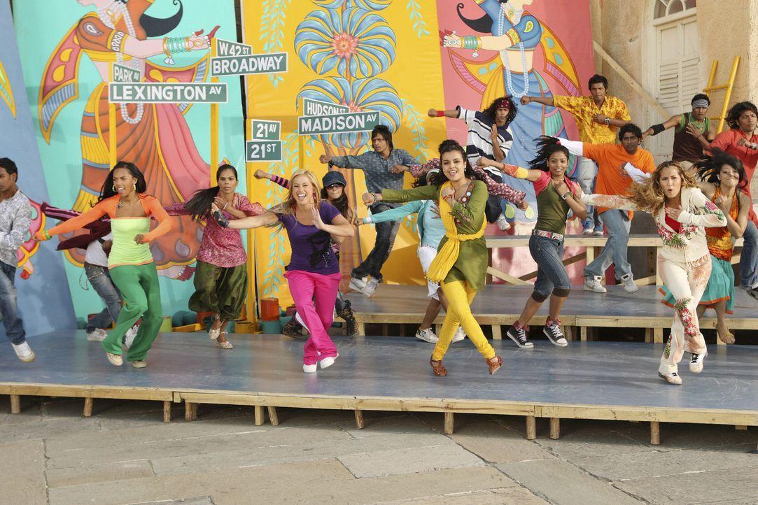 Choreographin Gita (Deepti Daryanani, 2. v. r.) kränkt Dorinda (Sabrina Bryan, 2. v. l.) indem sie ihr unterstellt, die Mädchen (Kiely Williams, l.... - Bildquelle: Disney - ABC - ESPN Television
