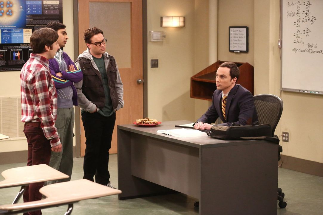 Sheldon (Jim Parsons, r.) wird dazu gezwungen, eine Klasse zu unterrichten. Howard (Simon Helberg, l.) überrascht seine Freunde Leonard (Johnny Gale... - Bildquelle: Warner Brothers