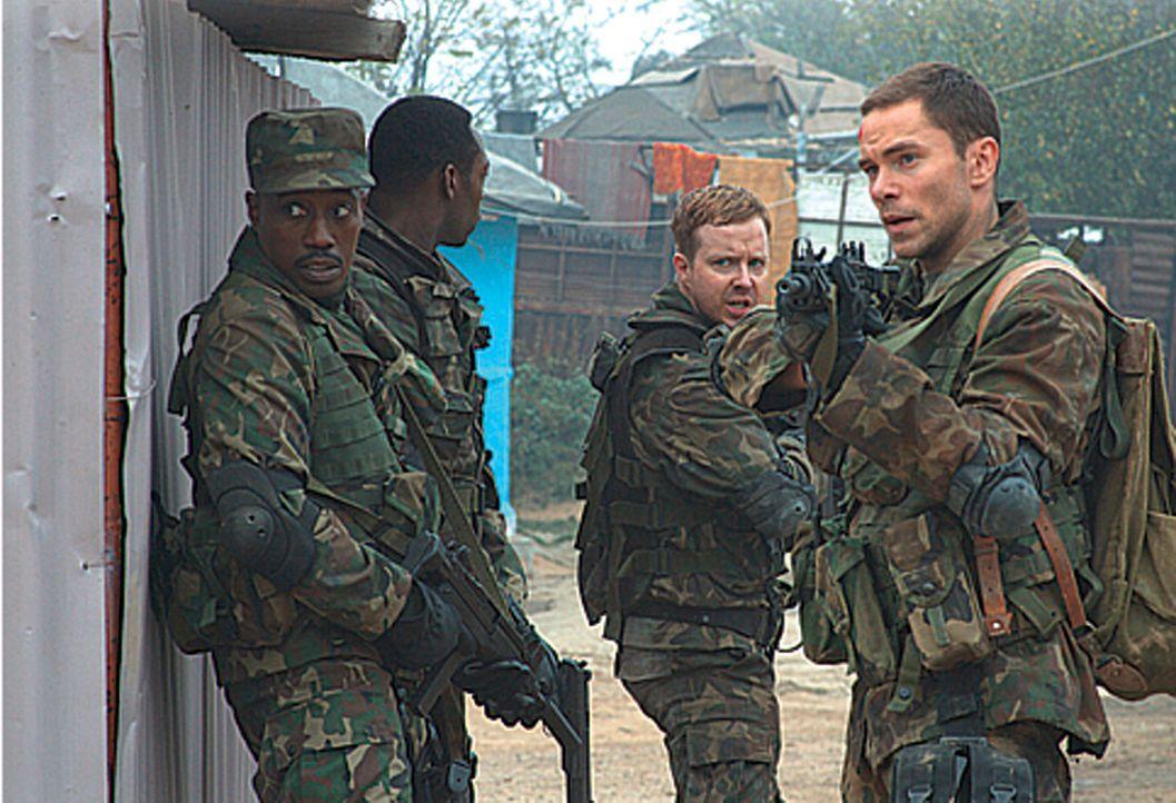 """Als eine Gruppe tschetschenischer Rebellen ein weiteres AKW in ihre Gewalt bringt, schlägt das CIA vor, einen """"Painter"""" (Wesley Snipes, vorne l.) zu... - Bildquelle: Sony 2007 CPT Holdings, Inc.  All Rights Reserved."""